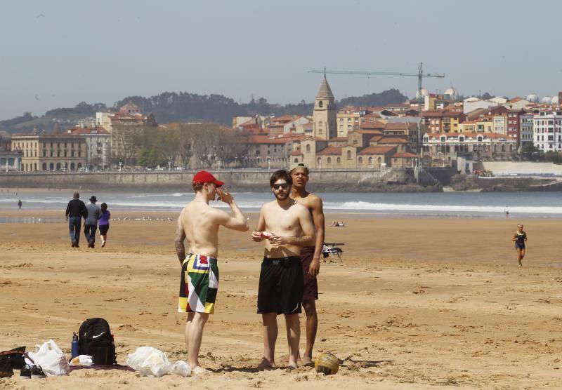 Gijón, dispuesto a disfrutar del sol y del calor
