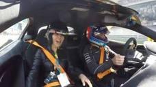 Fernando Alonso se divierte haciendo chillar a la cantante Carina Lau