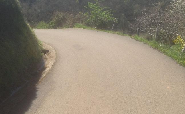 Los vecinos de la parroquia de Celada critican la peligrosidad de la curva de Barreu