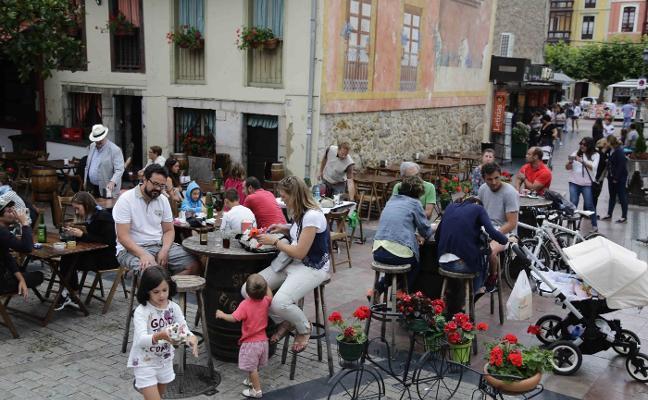 Guerra a las terrazas y setos que invaden la vía publica en Ribadesella