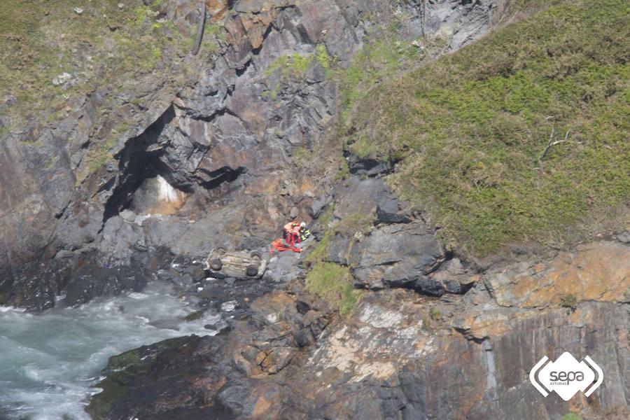Un conductor resulta herido de gravedad tras caer con su todoterreno por un acantilado en Navia