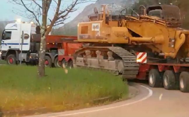 Parte de la gran excavadora llega a Anzó, donde se abre el paso provisional a los turismos