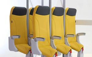 Los asientos verticales para viajar casi de pie en avión ya están en el mercado