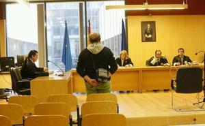 El acusado de agredir sexualmente a su compañera de piso en Gijón acepta un año de cárcel