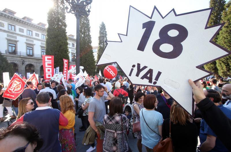 Cientos de docentes piden en Oviedo la reducción de las horas lectivas