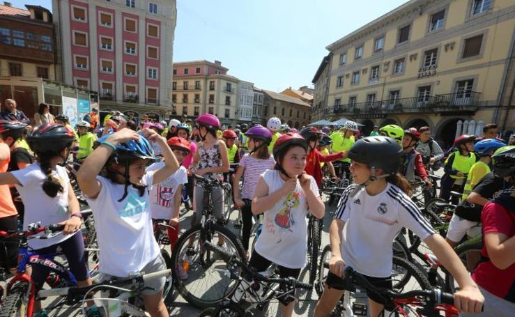 Los escolares toman Avilés con sus bicis