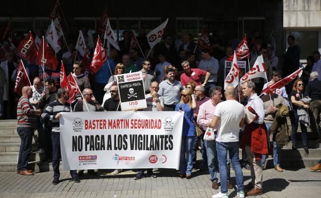 Los vigilantes de seguridad del hospital del Nalón protestan por la «deuda salarial»
