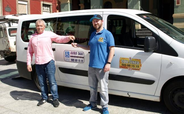 Taxi Tineo dona un vehículo adaptado para los discapacitados