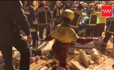 Rescatan a dos ancianos entre los escombros de su vivienda en Madrid tras una explosión de gas