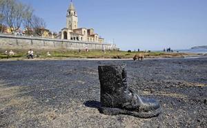 Aparece una nueva mancha de carbón en la playa de San Lorenzo