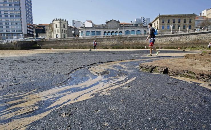 La playa de San Lorenzo, cubierta de nuevo por una mancha de carbón