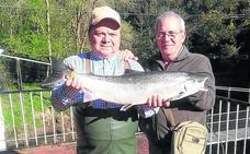 Federico de Lera pesca el Campanu del Eo, de 5 kilos