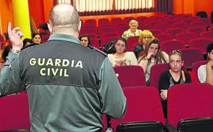 «El móvil desde los 14, no como regalo de comunión», aconseja la Guardia Civil