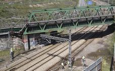 Una fuga de agua obliga a suprimir tres trenes de cercanías en La Manjoya