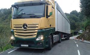 Un camión queda atrapado en Cenero durante más de veinte horas