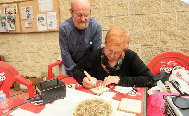 Más de sesenta artesanos tocan madera en Lugones