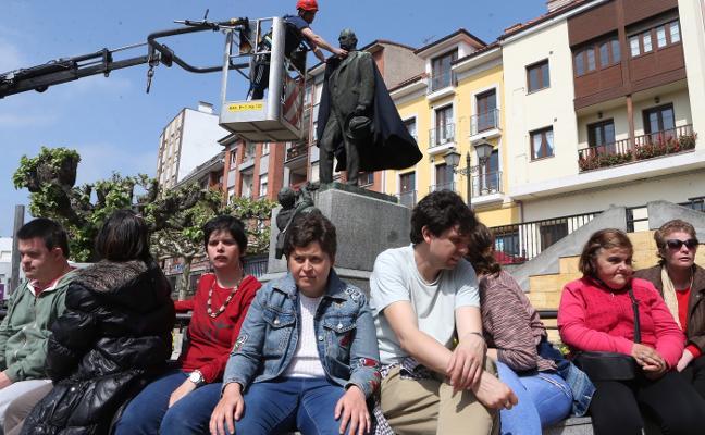 Adepas participa en la colocación de la capa y la montera a Pedro Alonso