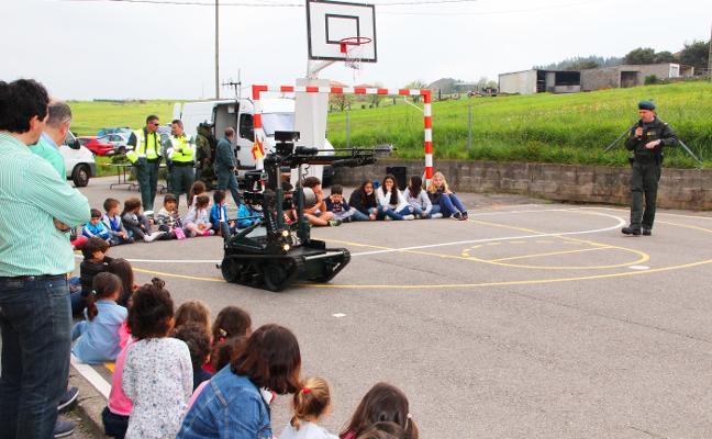La Guardia Civil exhibe sus medios en el CRA Cabu Peñes
