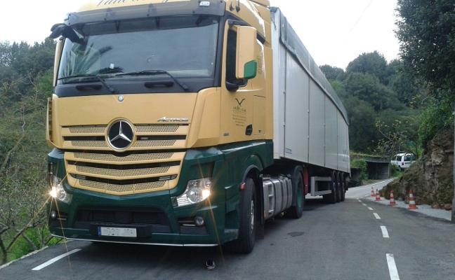 Un camión se queda atrapado durante más de veinte horas en Cenero