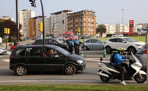 Tres heridos leves por una colisión entre dos coches en la avenida de El Llano