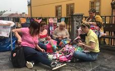 Los Yarnbombing llenan de color y feminismo la plaza del paraguas de Oviedo