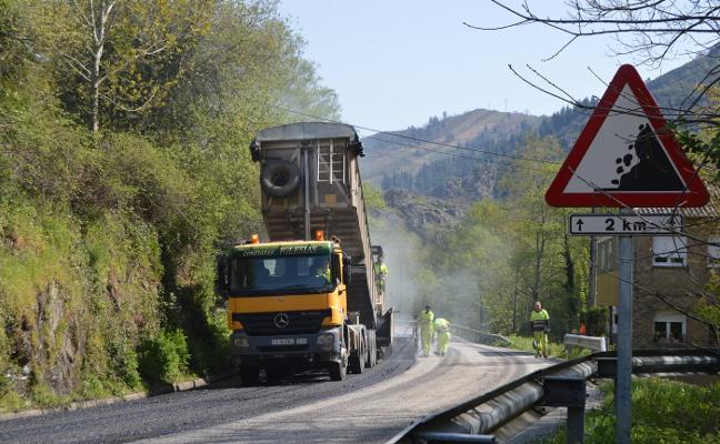 Infraestructuras prevé finalizar en verano el reasfaltado de la carretera AS-15