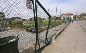 Detenido un conductor ebrio tras chocar contra el portón de los huertos urbanos de La Luz, en Avilés