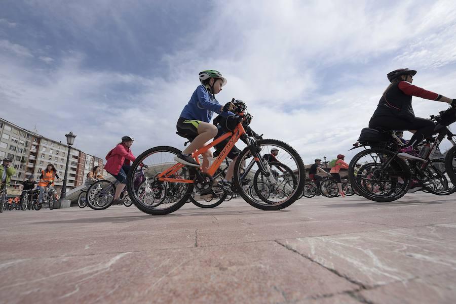 Oviedo pedalea para promover la bicicleta