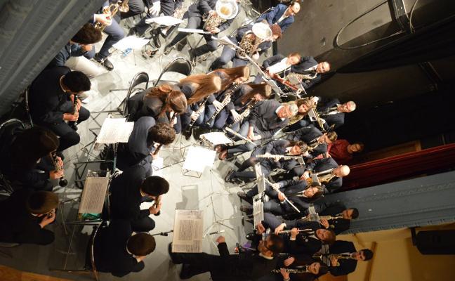 La banda de Cangas del Narcea cuela al público entre sus músicos