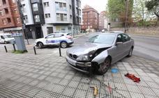 Aparatosa colisión contra un bolardo en la avenida de Cervantes de Avilés