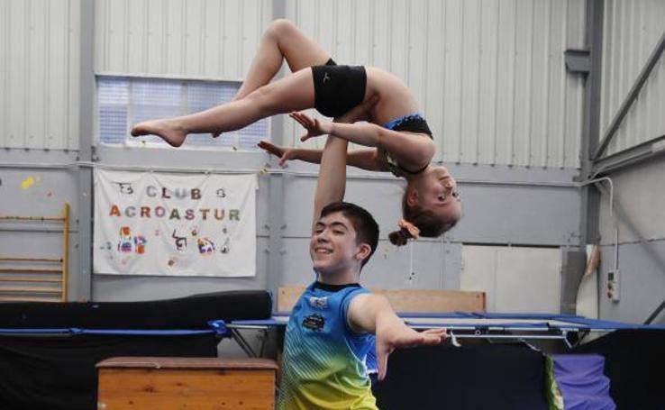 Un joven gimnasta sierense que desafía a la gravedad
