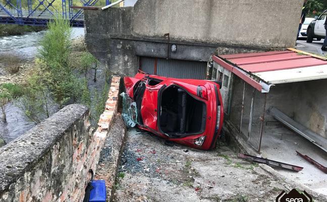 Cuatro heridos al chocar contra un muro en la zona de El Miramar de Blimea