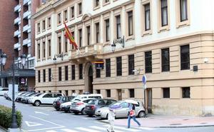 Agentes de la Policía Nacional salvan in extremis a una mujer que se lanzó por la ventana en Oviedo