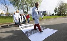 Los trabajadores del Hospital San Agustín piden un paso de cebra en la carretera de Heros