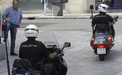 Un policía salva la vida a una mujer que intentó tirarse al vacío al sujetarla por la muñeca