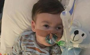 Los padres de Alfie se recogen en silencio público en torno a su bebé