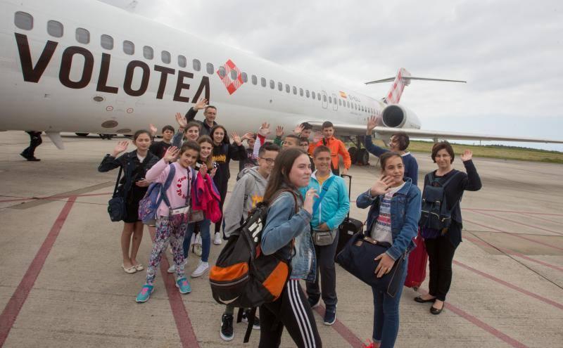Escolares del Occidente asturiano vuelan con Volotea de la mano del X Foro Comunicación y Escuela