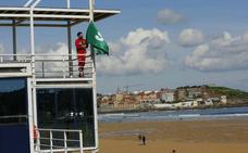 Bandera verde para inaugurar la temporada de baños en Gijón