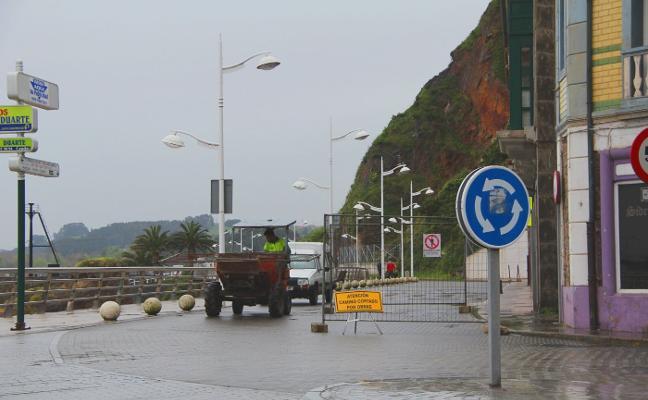Las obras obligan a cerrar al tráfico el paseo marítimo de Candás