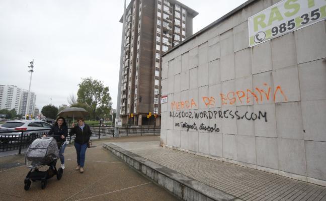 Los comerciantes de Gijón, «hartos» de las pintadas en fachadas, reclaman más control policial