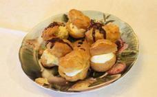 Profiteroles rellenos de nata, con salsa de caramelo y crema de vainilla
