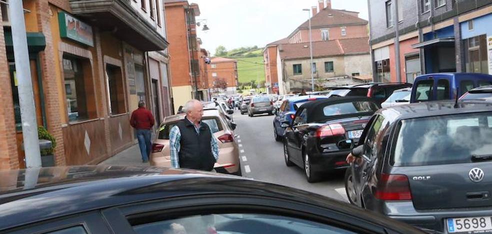 Quejas en Lugones y La Fresneda por los cortes de tráfico por una carrera ciclista