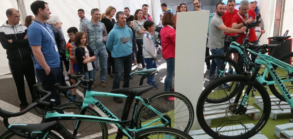 Protestas vecinales en Lugones ante los atascos provocados por una prueba ciclista