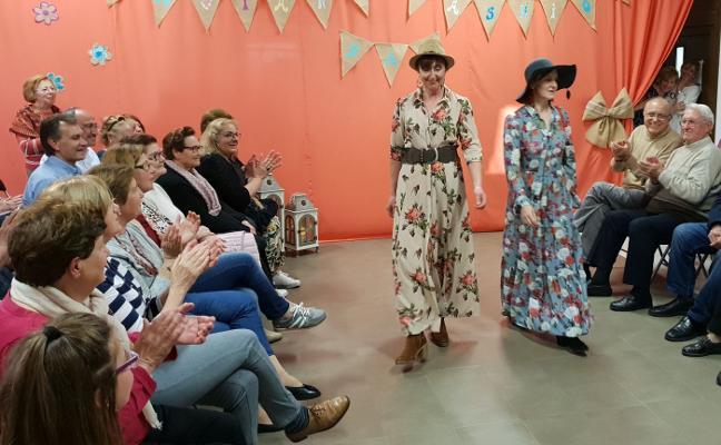 Un desfile de moda abre las jornadas culturales de la parroquia de Laviana