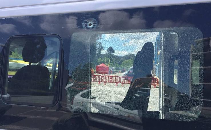 Impacto de bala en una furgoneta de la Federación de Piragüismo
