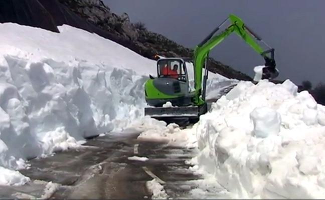 La nieve resiste en L'Angliru tras un mes de abril «cálido en casi todo el Principado»