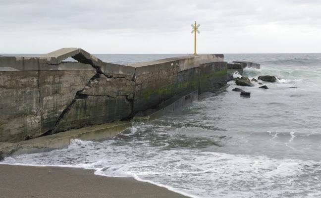El Principado reparará con carácter de emergencia el espigón de Navia