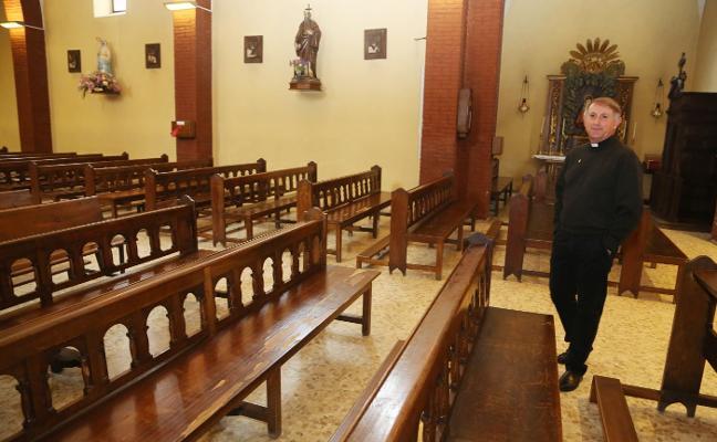 La parroquia de Lugones busca fieles que apadrinen la renovación de sus bancos