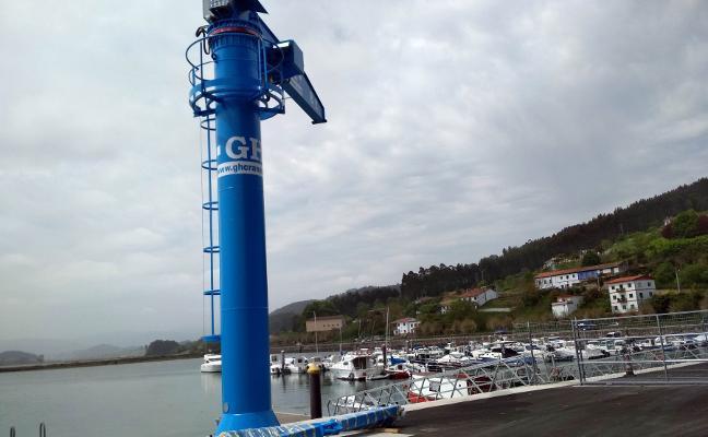 El Puntal dispone ya de una grúa para sacar las lanchas del mar y repararlas