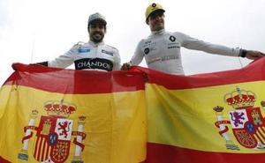 Fernando Alonso y Carlos Sainz presumen de bandera española en Montmeló